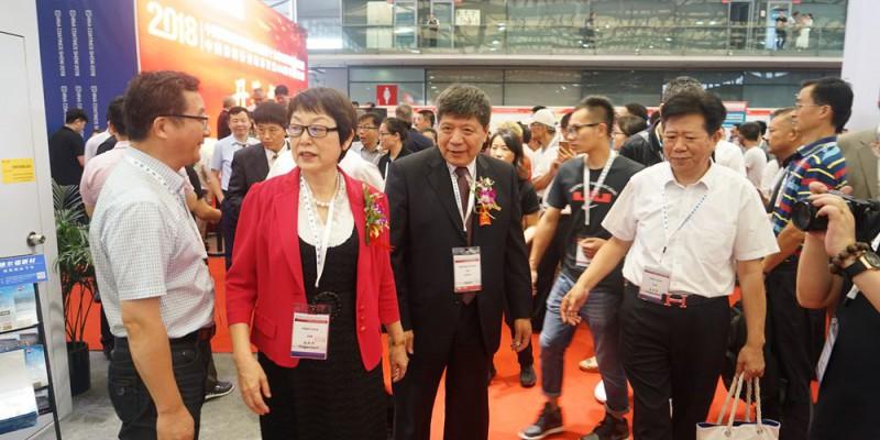 中国涂料工业协会会长孙莲英一行参观展台